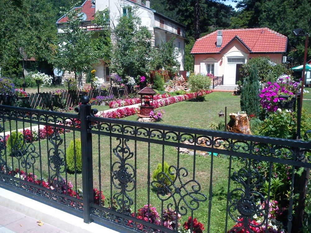 Cveće u dvorištu u Sijarinskoj banji Sijarinska banja