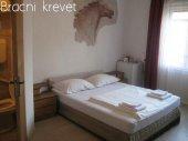 Prenociste - privatni smestaj. Cena 10 eu po osobi, jednokrevetna soba 1500 dinara